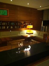 Hotelová hala s knihovnou a ohněm