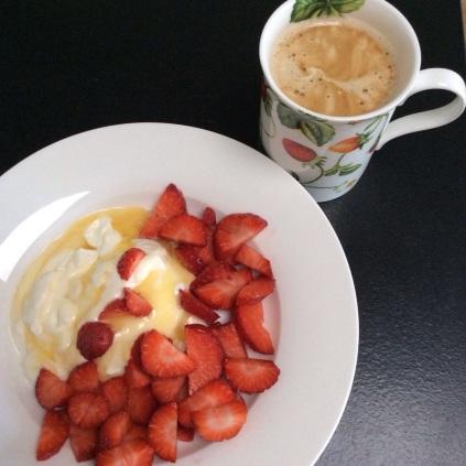 Jahody, řecký jogurt s medem a kafe - opožděná snídaně
