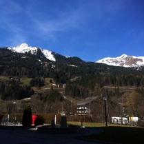 Nahoře sníh a lyžování