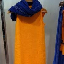 Ty šaty měly speciální látku a vybrali super sytou kombinaci barev