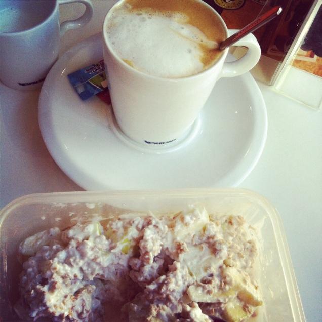 Zdravá snídaně ve fitku. Kromě toho kafe, samozřejmě. Vůbec mám ráda, když se dostanu cvičit a mám na to času, kolik potřebuju.