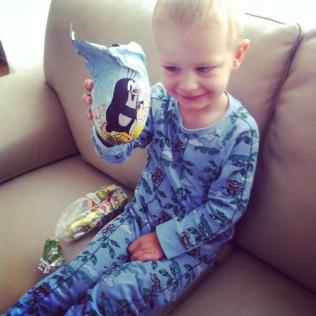 A hned další den byly Velikonoce a malý koledník dostal nadílku ještě v pyžamku :-D