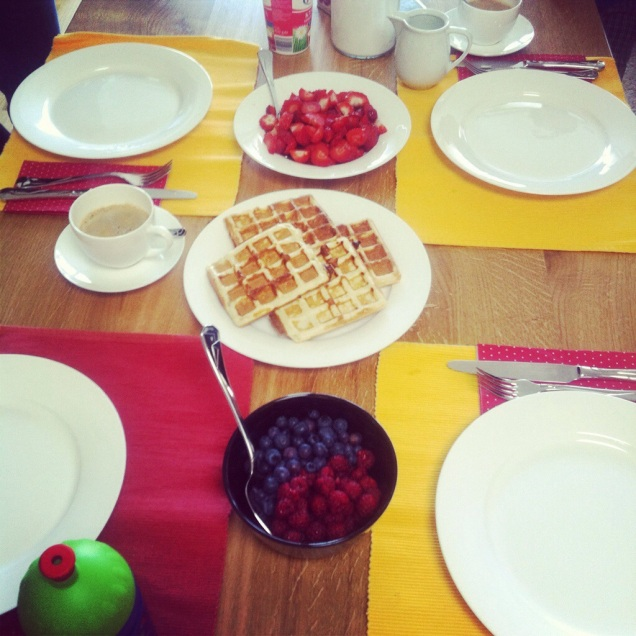 Snídaně se sousedkami a jejich dětmi - vafle, ovoce, káva :-) Tyto akce pořádám moc ráda :-))