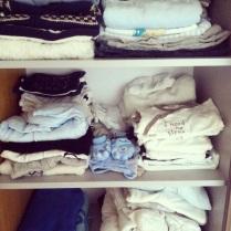 První hnízdění před porodem - přinesla jsem ze sklepa pytel oblečků do jednoho roku...