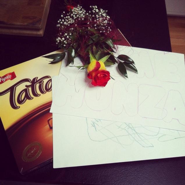 Ke dni matek Junior nakreslil obrázek a dal mi kytičku s pusinkou :-D