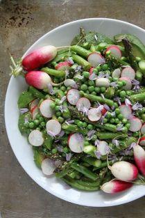Letní salát z ředkviček, avokáda, chřestu, mladého hrášku se sezamovým semínkem a olivovým olejem.