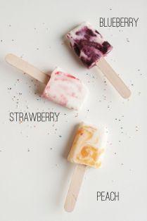 Nanuky s ovocem a smetanou: ve tvořítku na nanuky se střídá vrstva jogurtu nebo smetany s kapkou medu a rozmačkaného ovoce.