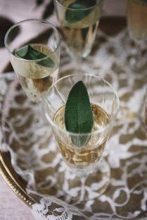 Prosecco se šalvějovým sirupem. Sirup: stejný díl cukru a vody, 3 šalvějové lístky, nechat vylouhovat.