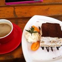 Kafe a koláček - bohužel vypadá líp než chutnal :-/