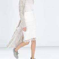 Zara; skvělý mix materiálů - hrubý svetr a krajková sukně, to bych mohla :-)