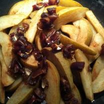 Lehce karamelizované hrušky se skořicí a datlemi