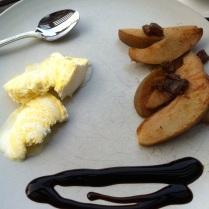 Teplé hrušky se zmrzlinou a balzamikovým krémem