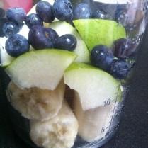 Smoothie z banánu, hrušky a borůvek