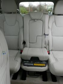 Dětský podsedák zabudovaný v prostředním sedadle