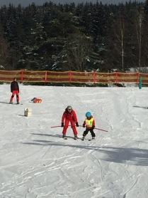 Junior se učí lyžovat ve Fox parku