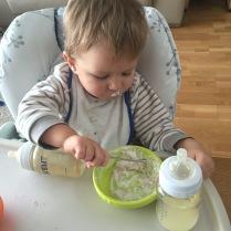 Jogurt s müsli zkouší papat sám :-)