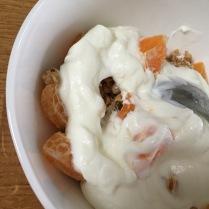 Naše typická snídaně - müsli s jogurtem a ovocem