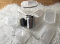 V IKEA jsem pořídila kromě dóz i půllitrovou termosku se širokým hrdlem - obsah se z ní dá vyjíst lžičkou - můžete ji použít třeba na polévky či kaše pro děti, ale také na zmrzlinu nebo smoothie. Dá se dobře vymýt a obsah se pohodlně jí dlouhou lžičkou ;-)