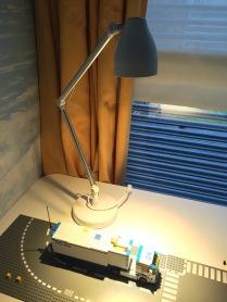 Pracovní lampa s LED žárovkou u Juniora na stole